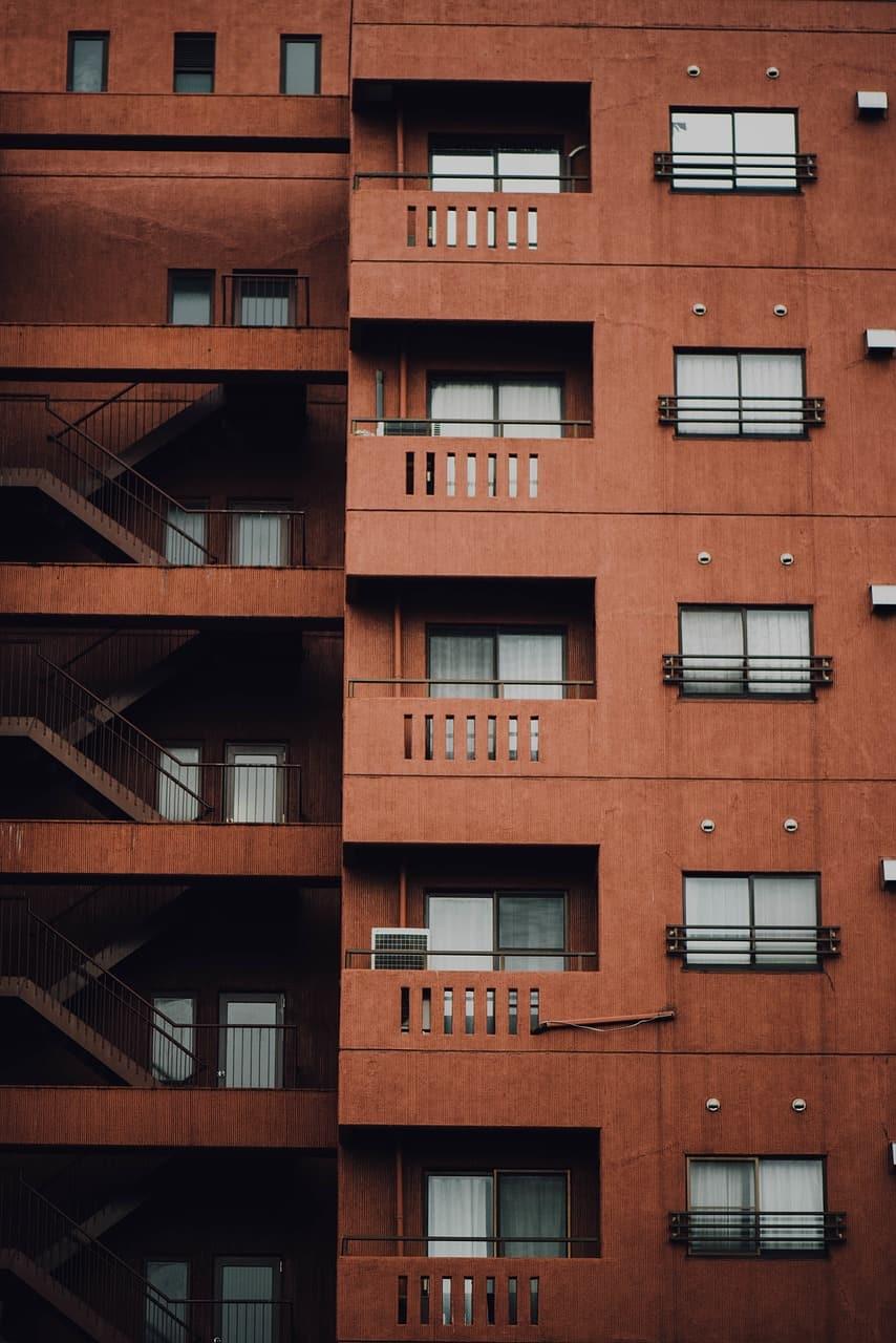 בניין בצבע חום