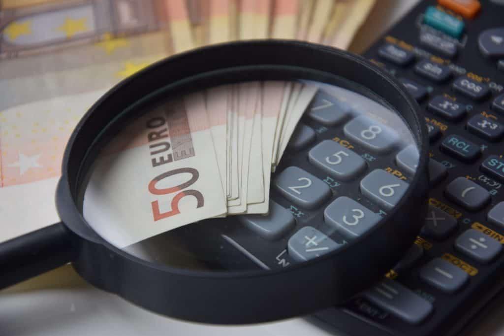 מחשבון זכוכית מגדלת וכסף
