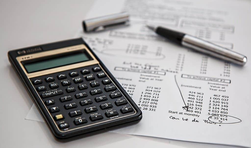מחשבון שחור עט ודוח מיסים