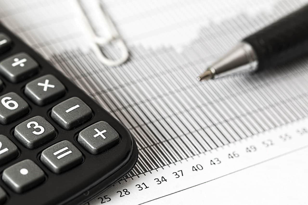 תקריב של דוח מס מחשבון ועט